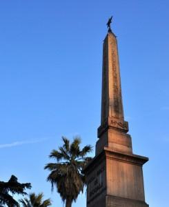 obelisco e palma