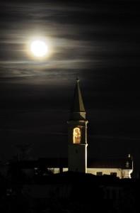 Campanile della Chiesa di S. Tommaso Apostolo in notturna