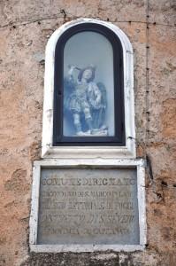 San Michele veglia sulla lapide che ci informa di Rignano Garganico