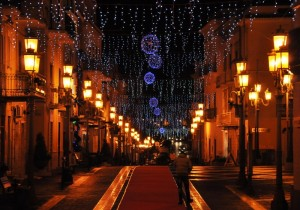 Fili di luci e globi natalizi in Corso Umberto I