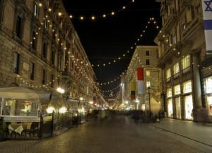 Via Dante tra bandiere e luci