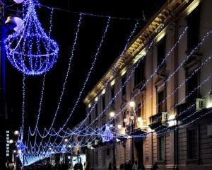 Lampadari e fili di luci natalizie blu in Corso Vittorio Emanuele II