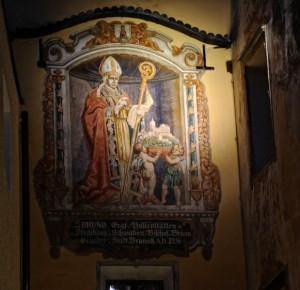 Un importante murales nei portici di Brunico