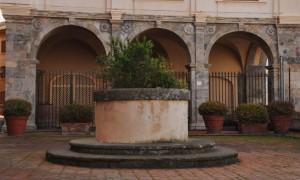 nella piazza del borgo