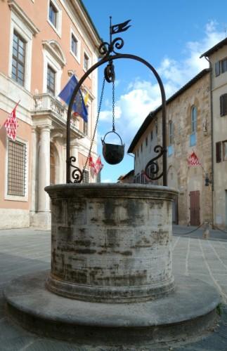 San Quirico d'Orcia - Davanti a Palazzo Chigi