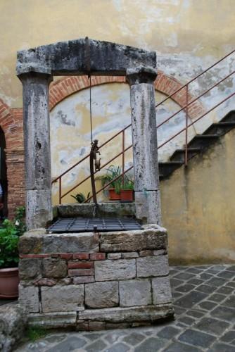 San Quirico d'Orcia - Pozzo nel cortile