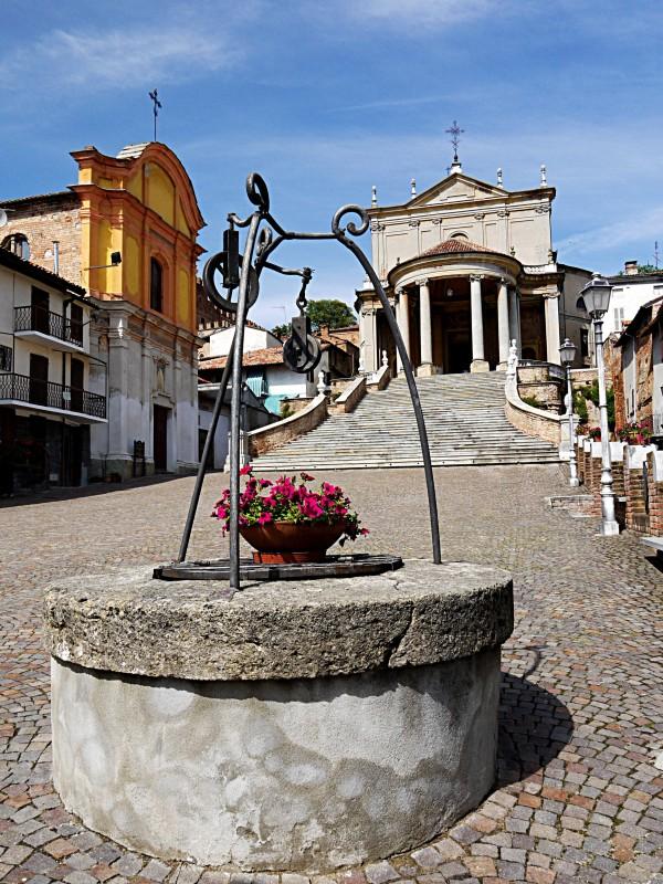 ''Situato in una bellissima piazza.'' - Montemagno