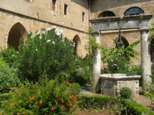 Nel chiostro gotico di Santa Scolastica