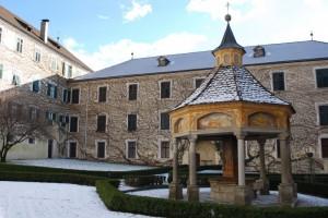 Pozzo nel cortile interno dell'abbazia di Novacella a Varna.