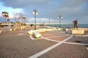 Lungomare del Sole col Monumento al pescatore