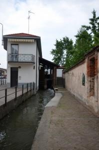 Passeggiando lungo il canale verso il mulino
