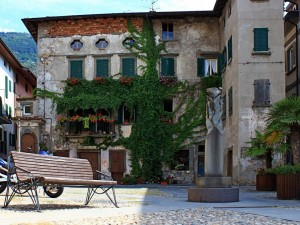 Una panchina in piazza