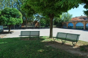 Panchine all'ombra in piazza Resistenza