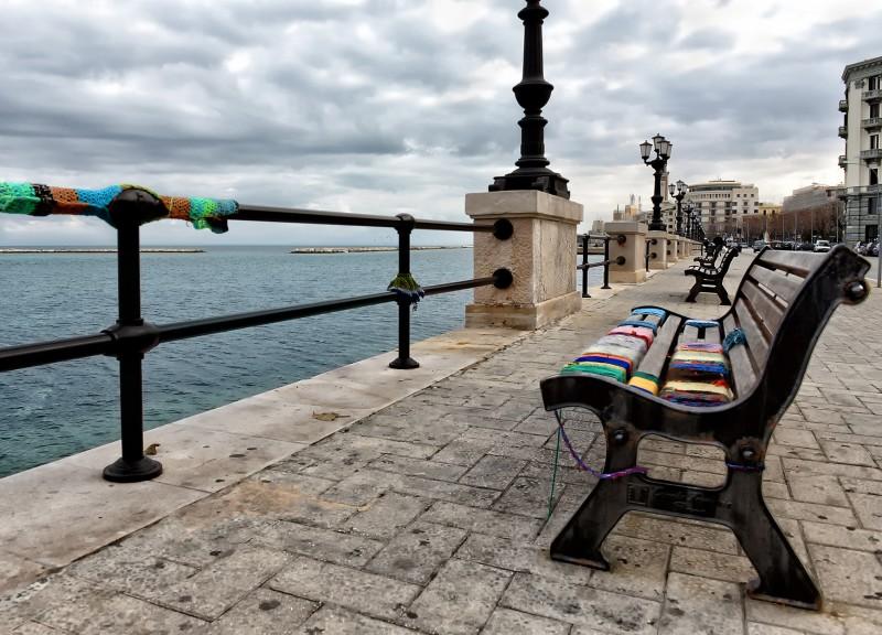 Panchina Lungomare : Bari u201cmaglioneu201d per una panchina sul lungomare