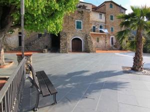 Un angolo di piazza Caprera a Sasso di Bordighera