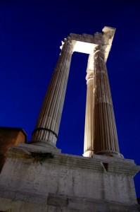 Ai piedi delle colonne.