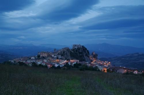 Bagnoli del Trigno - Panorama di Bagnoli del Trigno di sera da sotto il monte San Pietro
