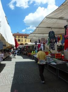 Caffè, giornale e un giretto al mercato