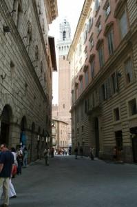 Torre del Mangia vista da una via