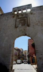 Ortigia . Scorcio attraverso Porta Marina