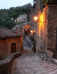 S'accendono i lampioni lungo le antiche scale