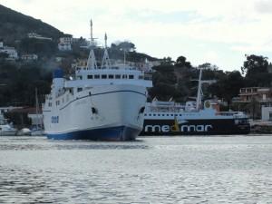 Traghetto in partenza da Ischia Porto.