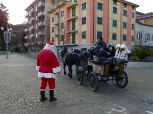 Sotto lo sguardo vigile di Babbo Natale