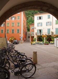 tavolini e bici in attesa di clienti