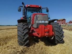 Un trattore rosso in zona Pescariello
