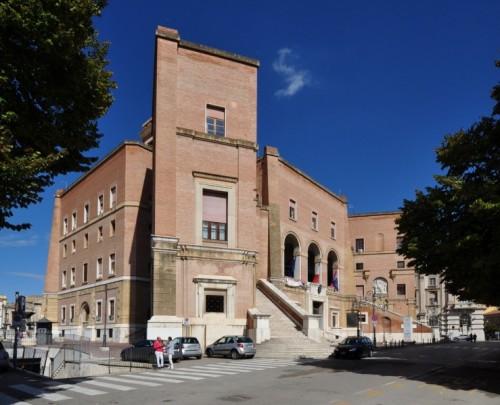 Foggia - Il Municipio di giorno lungo Corso Garibaldi