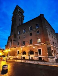 Il Municipio nell'ora blu mentre prospetta sull'omonima piazza.