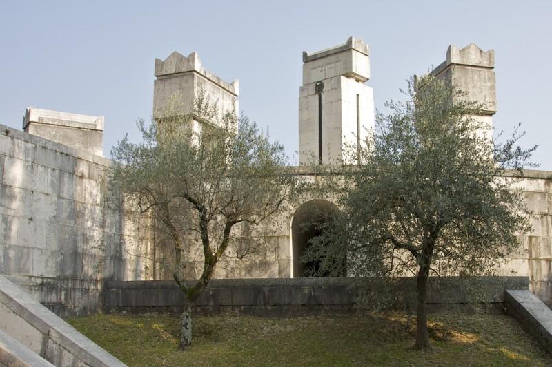 ''Monumento alla modestia?'' - Gardone Riviera