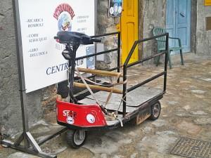Strana motoretta a Giglio Porto