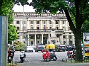 Motociclette a Bergamo davanti alla Torre dei Caduti