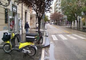 Motocicletta gialla  in servizio postale