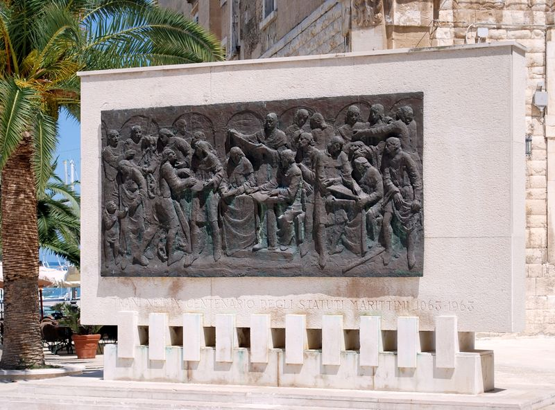 """File:Trani - Monumento """"Statuti Marittimi"""" - in Piazza Quercia.jpg"""